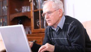 foto pensioner kompyuter 300x170 - ЩО ВПЛИВАЄ НА РОЗМІР ПЕНСІЇ
