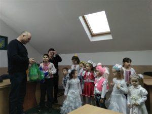 foto Mukachevo 1 300x225 - МУКАЧІВСЬКИМ ПЕНСІЙНИКАМ КОЛЯДУВАЛИ ДІТКИ