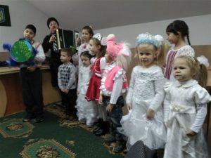 foto Mukachevo 2 300x225 - МУКАЧІВСЬКИМ ПЕНСІЙНИКАМ КОЛЯДУВАЛИ ДІТКИ
