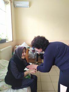 foto babulka 225x300 - «СВЯТИЙ МИКОЛАЙ, НА ВСЯКИЙ ЧАС ПОМАГАЙ!» Подарунки і тепло сердець подарували закарпатські пенсійники одиноким і немічним