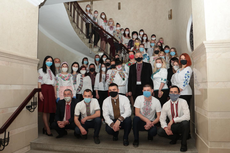 IMG 6622 - Робочий день колективу пенсійної служби краю розпочався з вишиванки