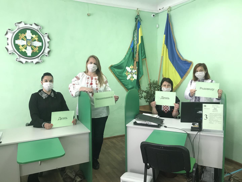 Kelmentsi maska 2 - Робочий день колективу пенсійної служби краю розпочався з вишиванки