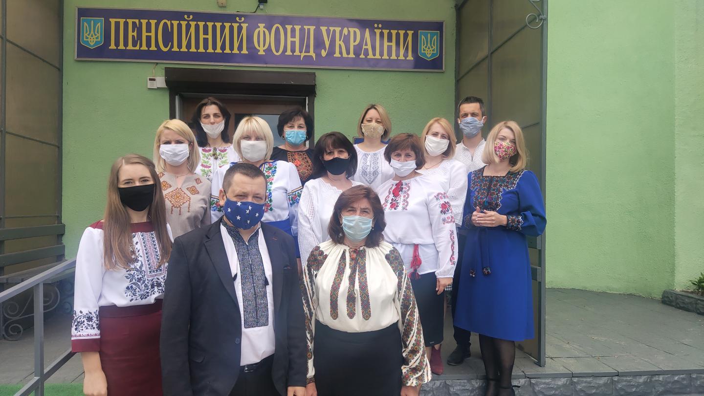 vyzh maska - Робочий день колективу пенсійної служби краю розпочався з вишиванки
